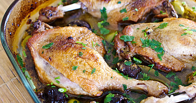 Тушеные утиные или куриные голени с оливками и сливами
