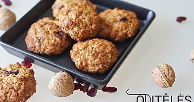 Avižinių dribsnių sausainiai su riešutais ir spanguolėmis