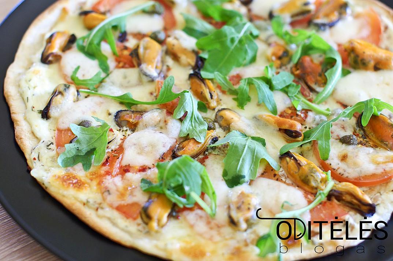 Пицца в духовке с мидиями и моцареллой