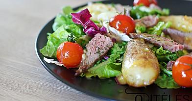 Salotos su jautiena, skrudintomis bulvėmis ir vyšniniais pomidorais