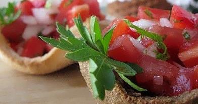 Duonos krepšeliai su džiovintais pomidorais bei karamelizuotais svogūnais