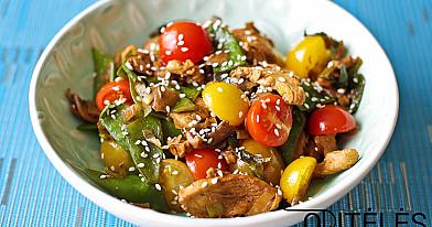 Салат из жареной курицы с помидорами черри, шампиньонами и стручками гороха