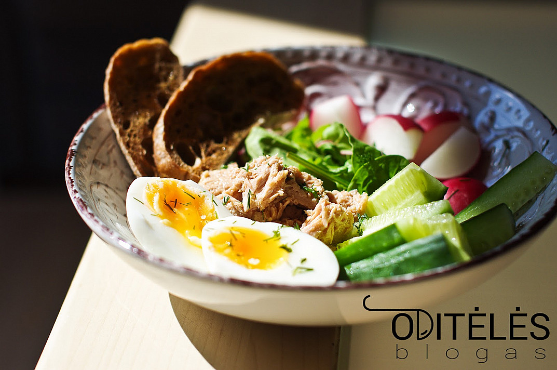 Sveikos salotos su tunu, virtais kiaušiniais, agurkais ir ridikėliais