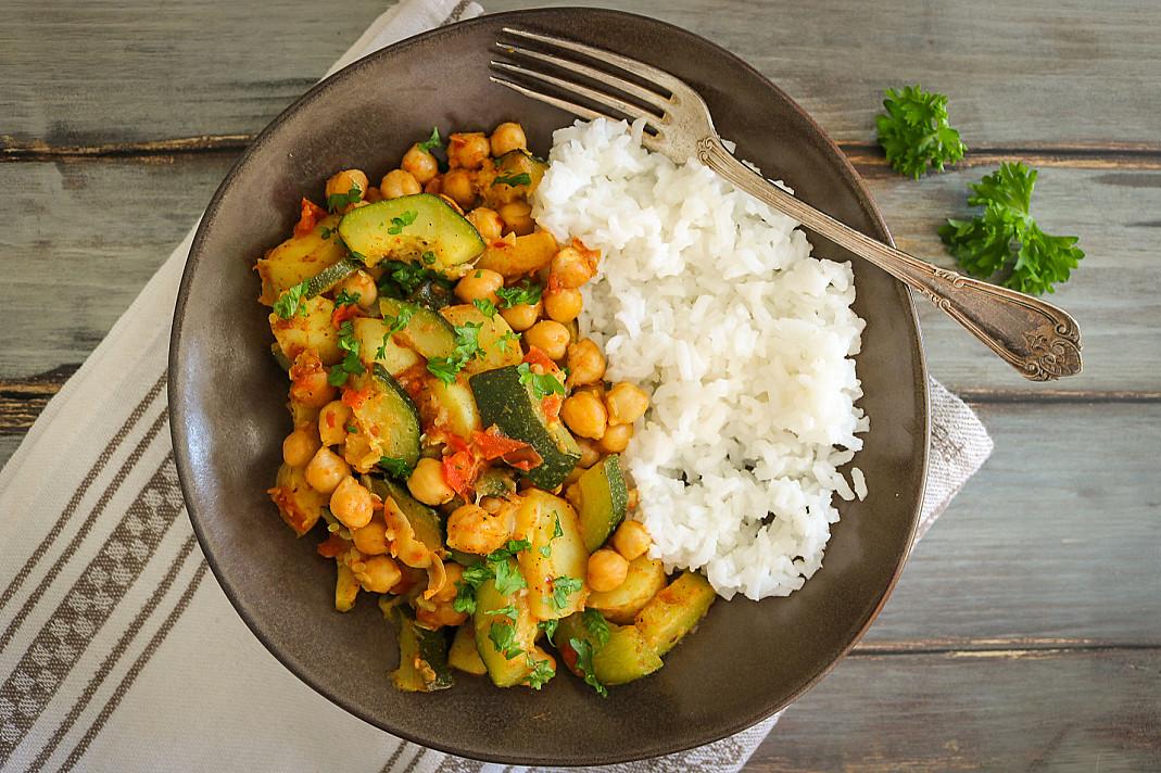 Veganiškas bulvių, cukinijos ir avinžirnių karis - troškinys