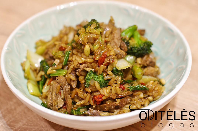 Салат из риса с овощами и печенью