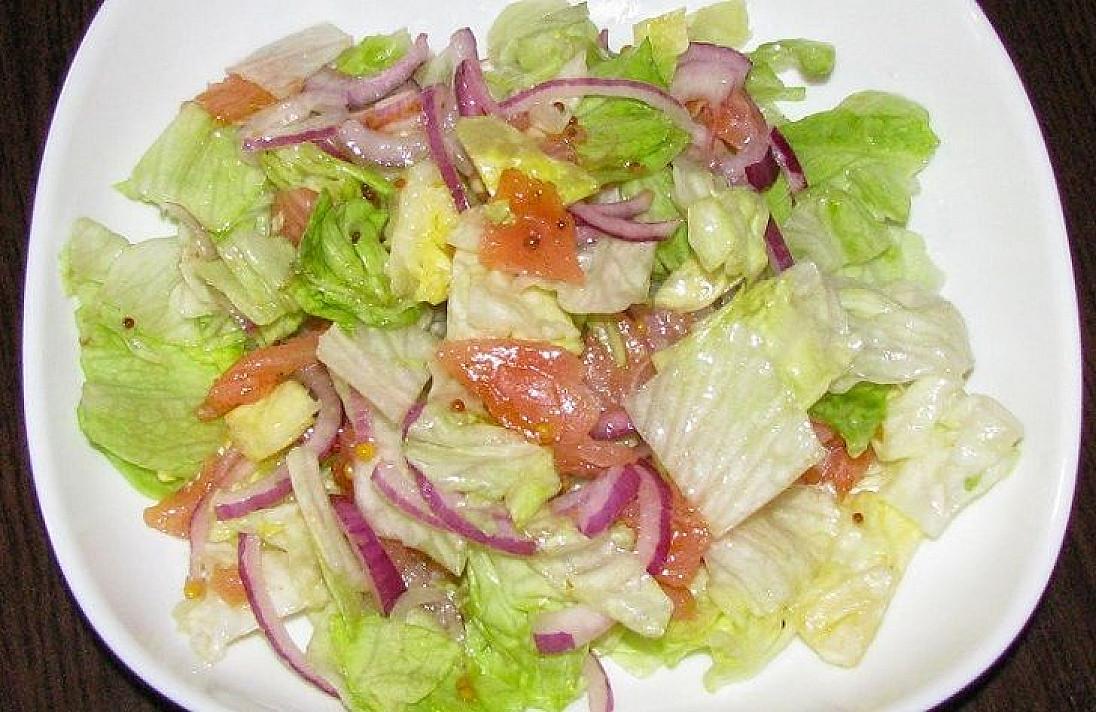 Salotos su lašiša ir saldžiarūgščiu padažu