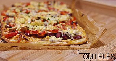 Домашняя пицца с копчеными колбасами и овощами