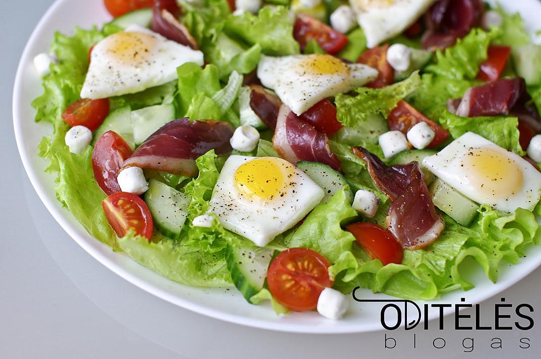 Salotos su putpelių kiaušiniais, rūkyta mėsa, vyšniniais pomidorais ir sūriu