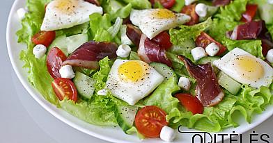 Салат с перепелиными яйцами, копченостями, помидорами черри и сыром