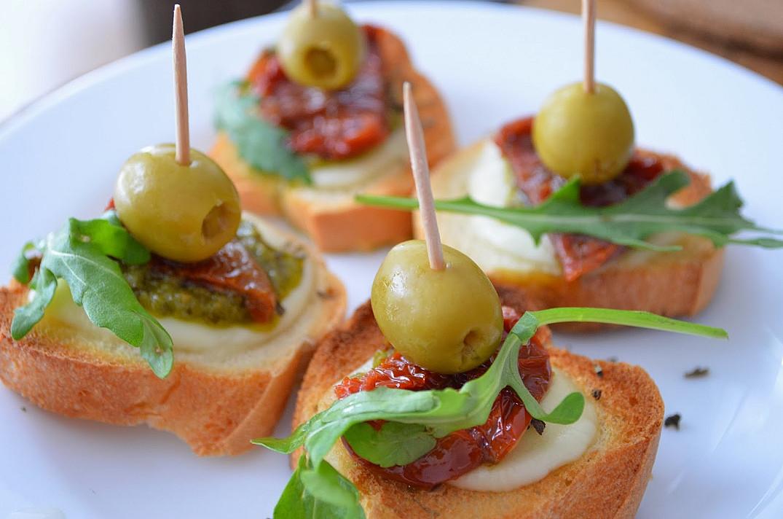 Закуски на один укус - бутерброды с моцареллой и вялеными помидорами