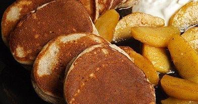 Zimt Pfannkuchen mit karamellisierte Äpfel und Joghurt
