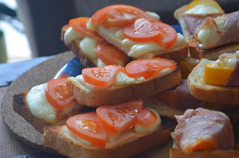 Вегетарианские горячие бутерброды с моцареллой и помидорами, запеченные в духовке