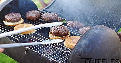 Naminiai mėsainiai su jautiena ir sūriu, kepti grilyje