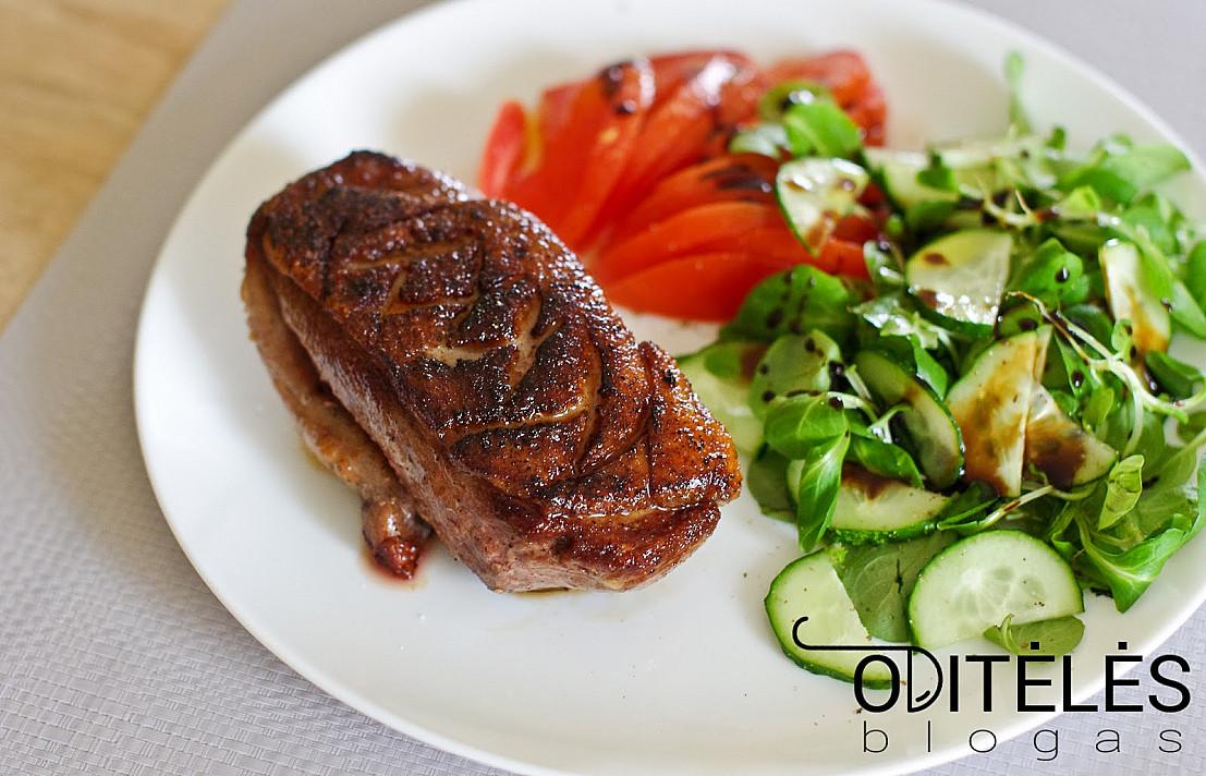 Жареная при низкой температуре утиная грудка с салатом