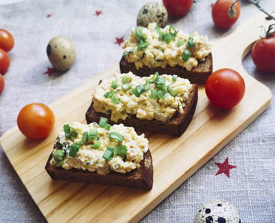 Намазка из печени трески и перепелиными яйцами