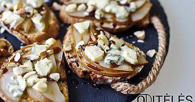 Orkaitėje kepti karšti sumuštiniai su pelėsiniu sūriu ir kriaušėmis