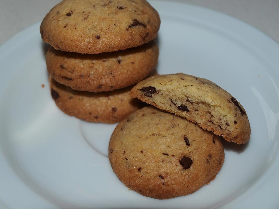Sviestiniai amerikietiški naminiai sausainiai su šokolado gabaliukais