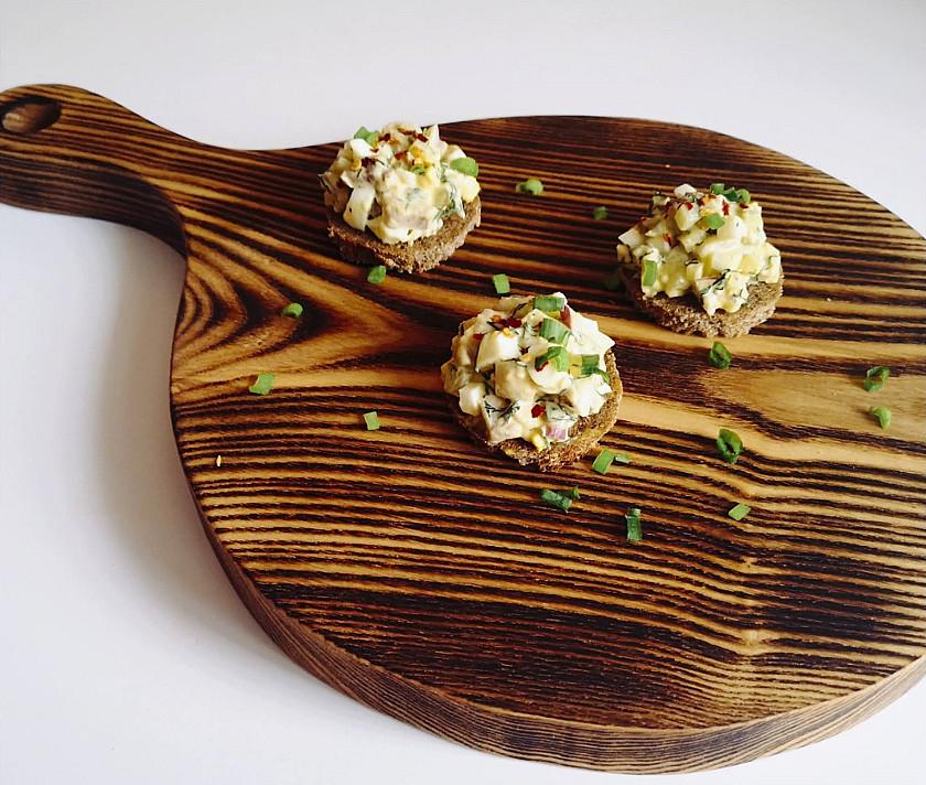 Закуска на один укус: сельдь с яйцом, солеными огурцами и майонезом.