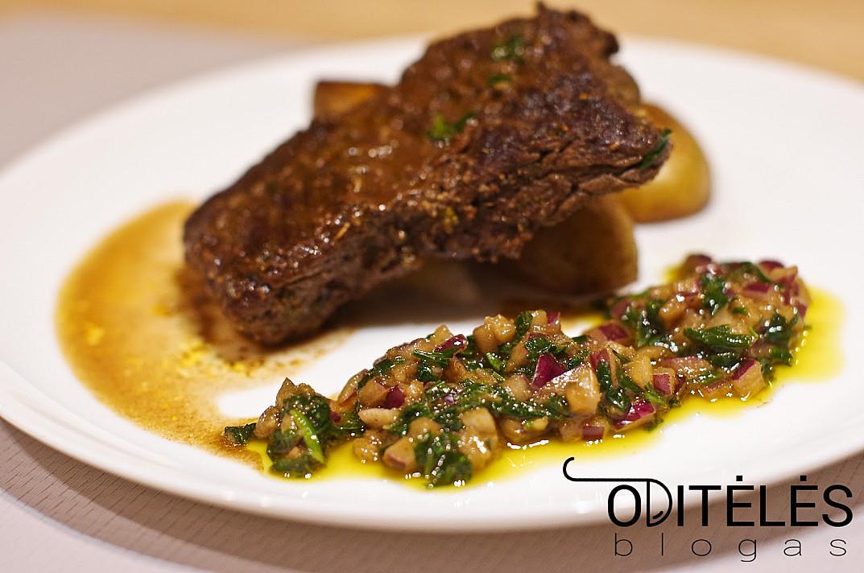 Keptuvėje keptas jautienos steikas su raudonojo svogūno padažu