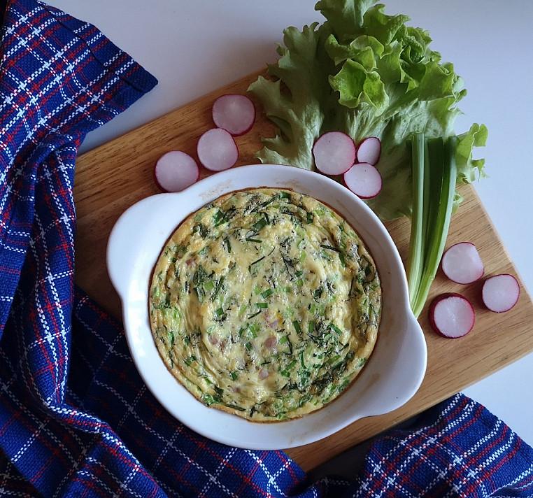 Orkaitėje keptas skanus ir paprastas kiaušinių omletas su kumpiu, pievagrybiais ir sūriu