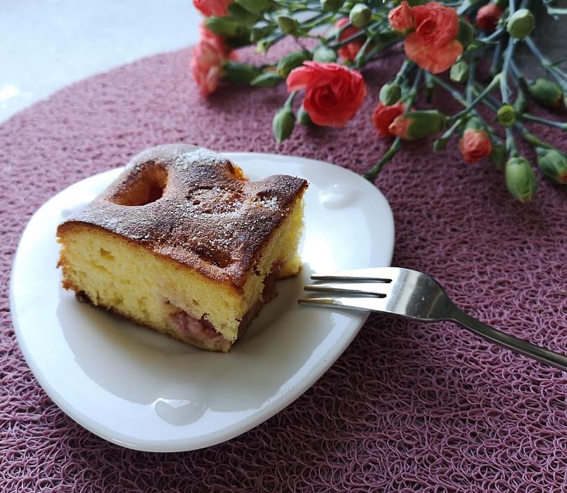 Biskvitinis braškių ir rabarbarų pyragas