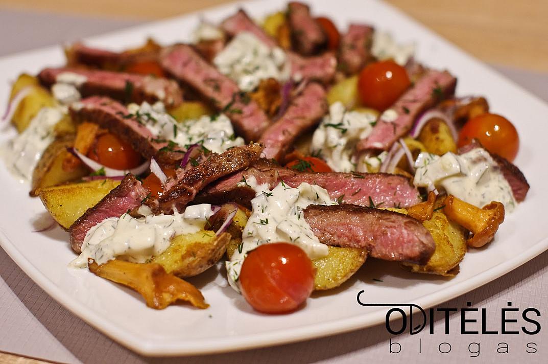 Sočios ir gaivios jautienos salotos su bulvėmis ir marinuotų agurkų padažu