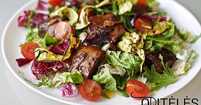 Antienos kepenėlių salotos su cukinijų traškučiais ir šviežiomis daržovėmis