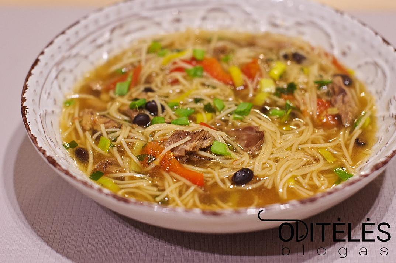 Antienos sriuba su juodosiomis pupelėmis ir makaronais