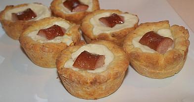 Greiti varškinės tešlos pyragėliai su dešrelėmis ir mocarelos sūriu