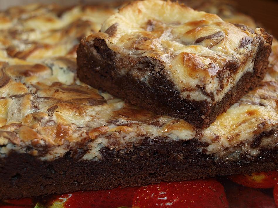 Beatos šokoladinis pyragas - šokoladainis su sūrio pyrago viršūne