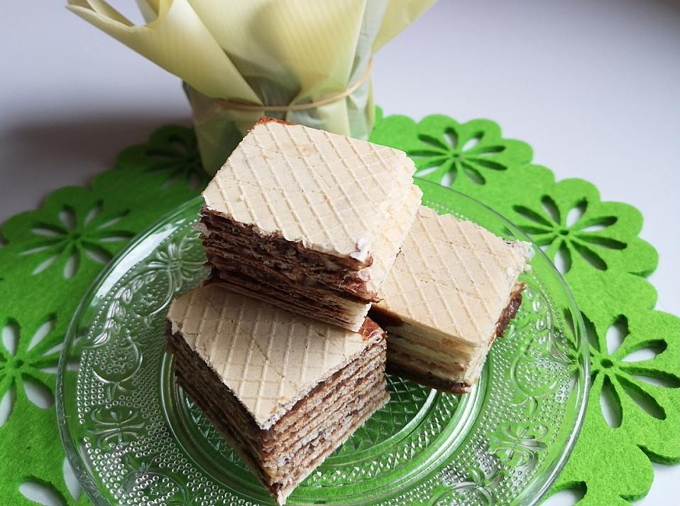 Skanūs ir traškūs vafliai su šokoladu, kondensuotu pienu ir riešutais
