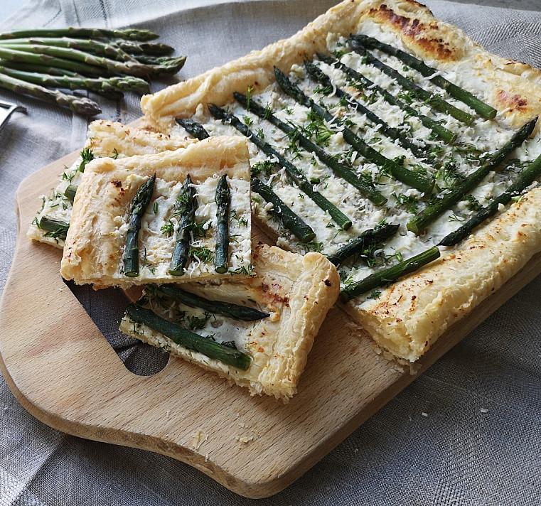 Sluoksniuotos bemielės tešlos pyragas su smidrais ir feta sūriu pagal Beatą