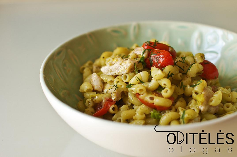 Troškinta triušiena arba vištiena su makaronais, vyšniniais pomidorais ir pesto padažu