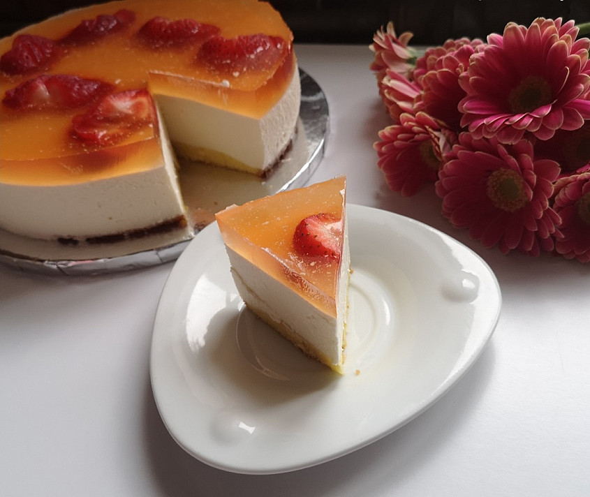 Maskarponės sūrio tortas su braškėmis ir žele