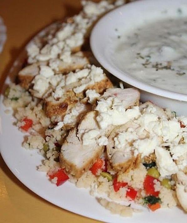 Graikiškos vištienos ir kruopainių salotos