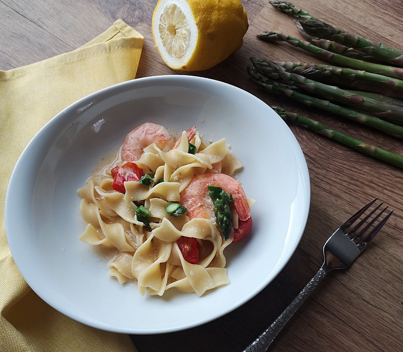 Makaronai su krevetėmis, smidrais ir vyšniniais pomidorais sveikai pagal Beatą