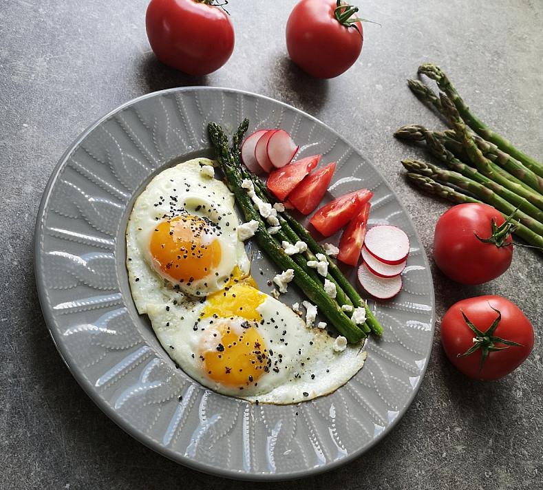 Smidrai kepti svieste, paruošimas keptuvėje su feta sūriu ir kiaušiniais