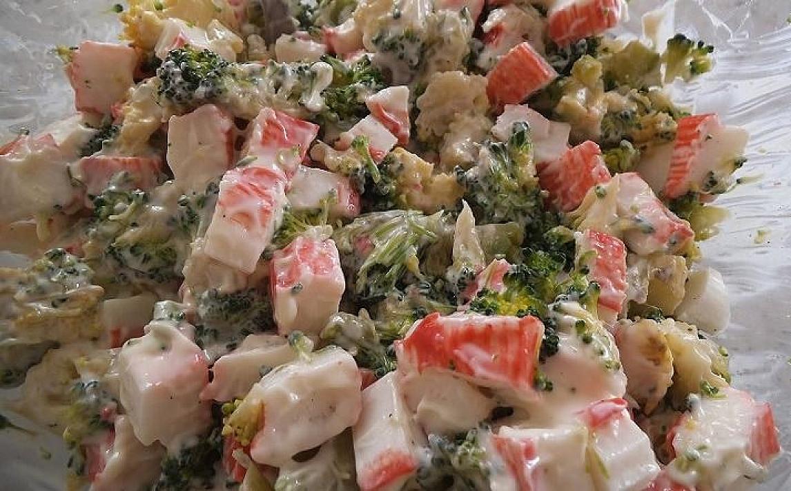 Krabų lazdelių salotos su brokoliais