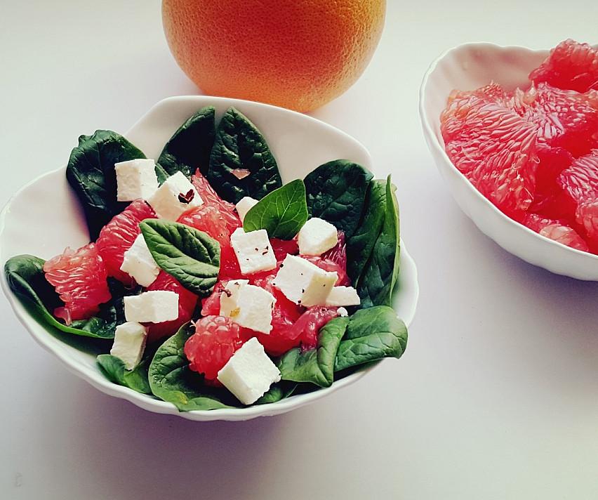 Salotos su greipfrutu ir feta sūriu
