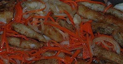 Marinuota kepta žuvis su saldžiarūgščiomis daržovėmis