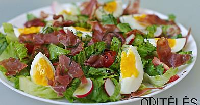 Салат с хрустящими кусочками ветчины прошутто, редисом, яйцом и помидорами черри
