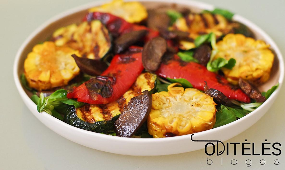 Салат с обжаренными утиными или куриными желудками и овощами на гриле