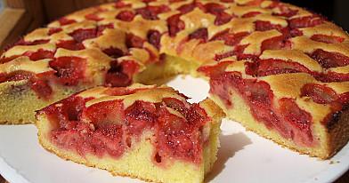 Вкусный, простой и быстрый пирог с клубникой