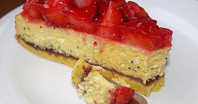 Простой творожный пирог с вареньем и ягодами - клубникой