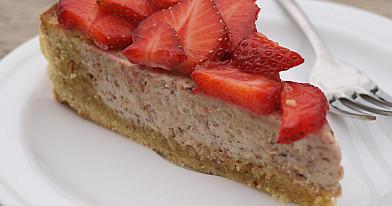 Вкусный ореховый пирог с клубникой или другими фруктами / ягодами