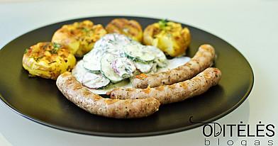 Колбаски из кролика на гриле со свежим картофелем и свежим салатом