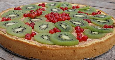Пирог из красной смородины и киви