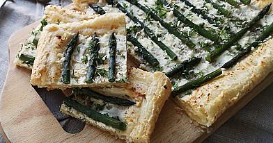 Пирог из слоеного бездрожжевого теста со спаржей и сыром фета