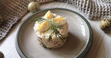 Слоеный салат с рыбой - хеком и горошком
