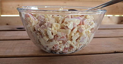 Салат из ветчины с пекинской капустой, сыром и помидорами